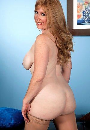 amateur brunette moms nude