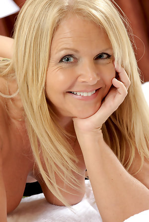 nackt blonde mom hairy pussy